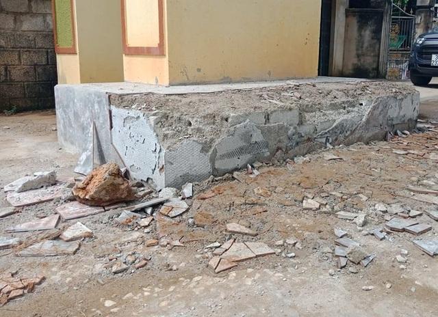 Vụ côn đồ phá cổng làng bị dân bao vây: Liên quan mỏ đất gây ô nhiễm - 2