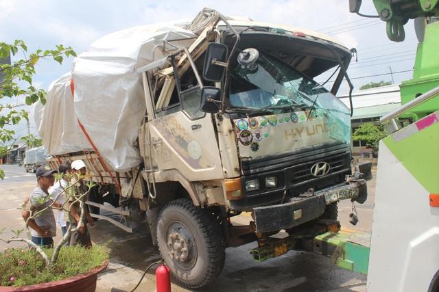 Xe chở gỗ bốc cháy sau khi gây tai nạn, tông gãy barie trạm thu phí - 1