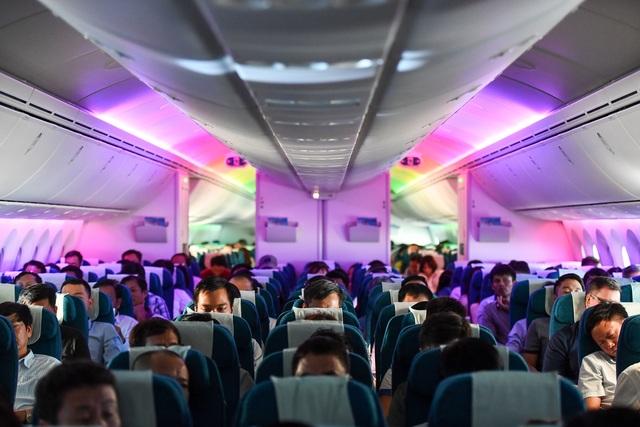 Hành khách ngỡ ngàng khi được trải nghiệm máy bay Boeing lớn nhất thế giới vừa về Việt Nam - 1