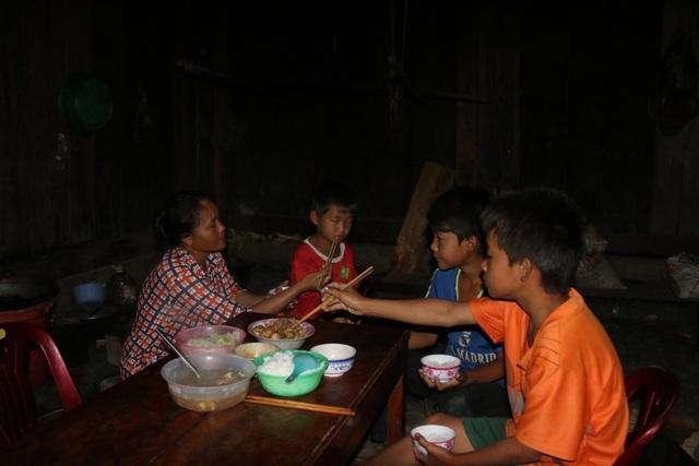 Nơi học sinh đến trường từ 4 rưỡi sáng, hàng trăm đứa trẻ thất học, mù chữ - 4