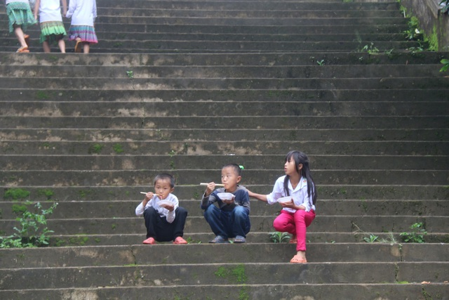 Nơi học sinh đến trường từ 4 rưỡi sáng, hàng trăm đứa trẻ thất học, mù chữ - 6
