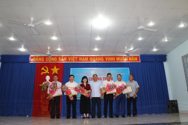 Phó Thủ tướng Trương Hoà Bình tặng quà gia đình chính sách, hộ nghèo - 4
