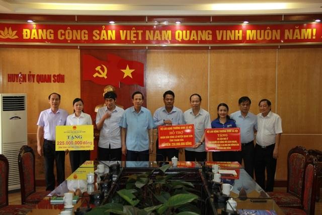 Bộ trưởng Đào Ngọc Dung thăm và tặng quà đồng bào vùng lũ huyện Quan Sơn - 3