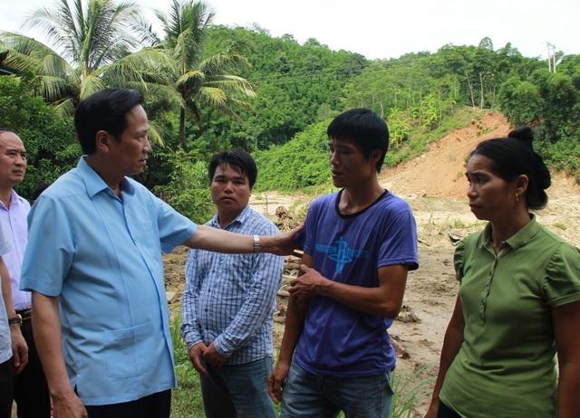 Bộ trưởng Đào Ngọc Dung thăm và tặng quà đồng bào vùng lũ huyện Quan Sơn - 8