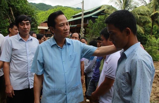 Bộ trưởng Đào Ngọc Dung thăm và tặng quà đồng bào vùng lũ huyện Quan Sơn - 9