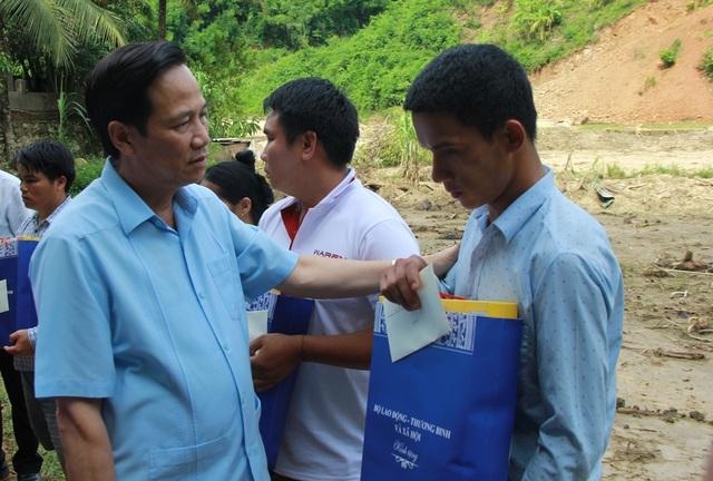 Bộ trưởng Đào Ngọc Dung thăm và tặng quà đồng bào vùng lũ huyện Quan Sơn - 6