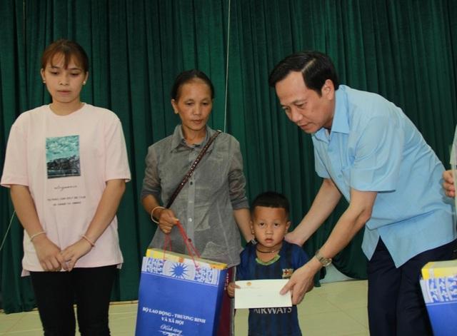 Bộ trưởng Đào Ngọc Dung thăm và tặng quà đồng bào vùng lũ huyện Quan Sơn - 7
