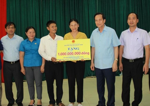 Bộ trưởng Đào Ngọc Dung thăm và tặng quà đồng bào vùng lũ huyện Quan Sơn - 4