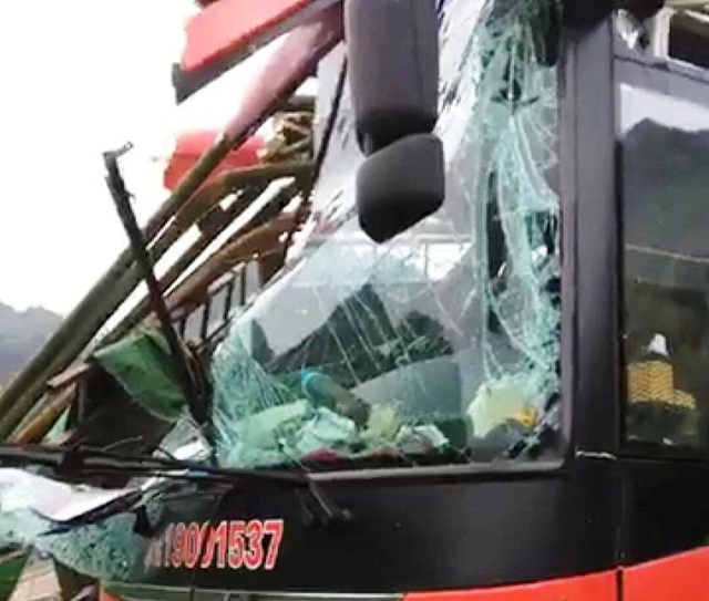 Tạm giữ tài xế xe khách tông xe tải khiến 2 người chết, 14 người bị thương - 2