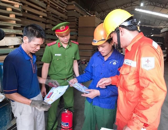 EVN HANOI đẩy mạnh tuyên truyền an toàn điện mùa mưa bão - 1
