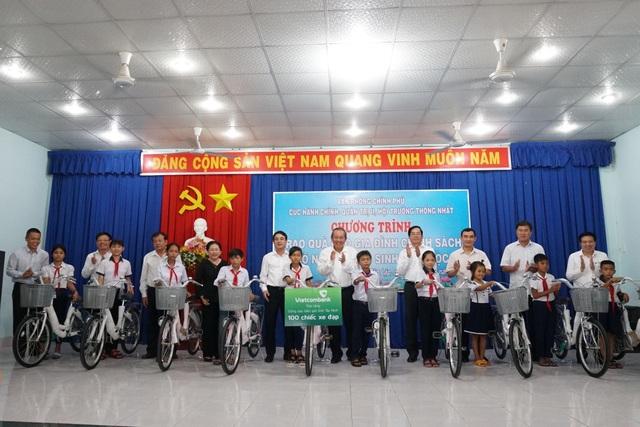 Phó Thủ tướng Trương Hoà Bình tặng quà gia đình chính sách, hộ nghèo - 1