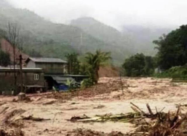 Di dời khẩn cấp hàng chục hộ dân trước nguy cơ sạt lở đất sau bão số 4 - 4
