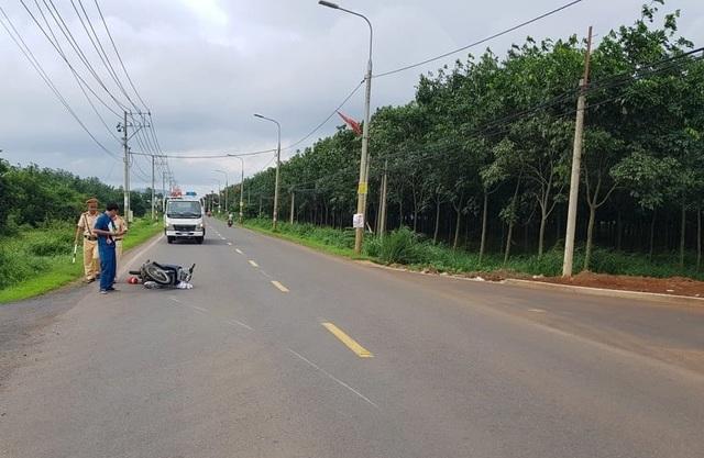 Bị dừng xe vì không đội mũ bảo hiểm, người đàn ông tông thằng vào CSGT - 1