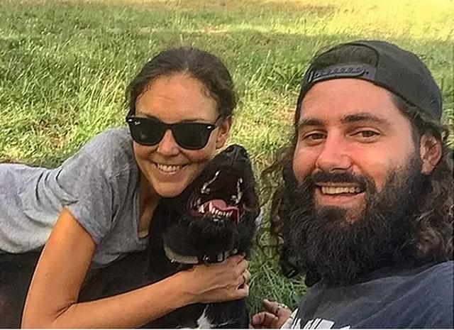 Cặp đôi được đi du lịch khắp thế giới nhờ…chăm sóc chó mèo cho người lạ! - 1