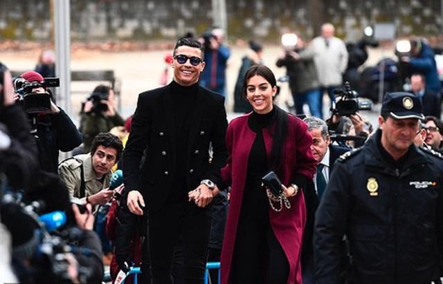 """C.Ronaldo """"tự hào"""" khi được rửa sạch tội danh hiếp dâm"""
