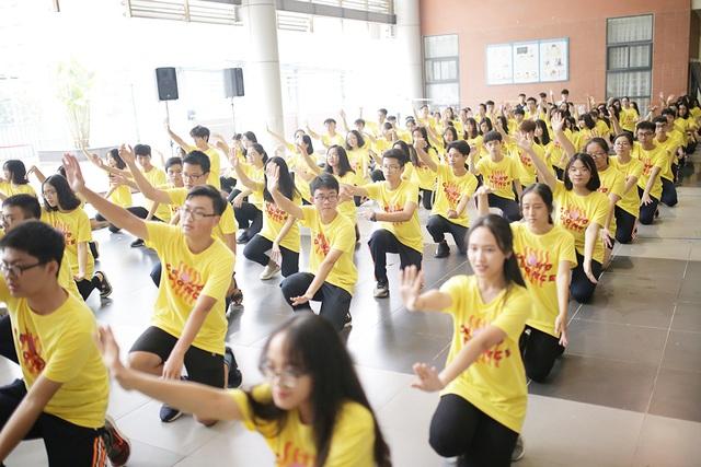 Top 10 Đại sứ trường Ams cùng nhảy flashmob đón tân binh - 7