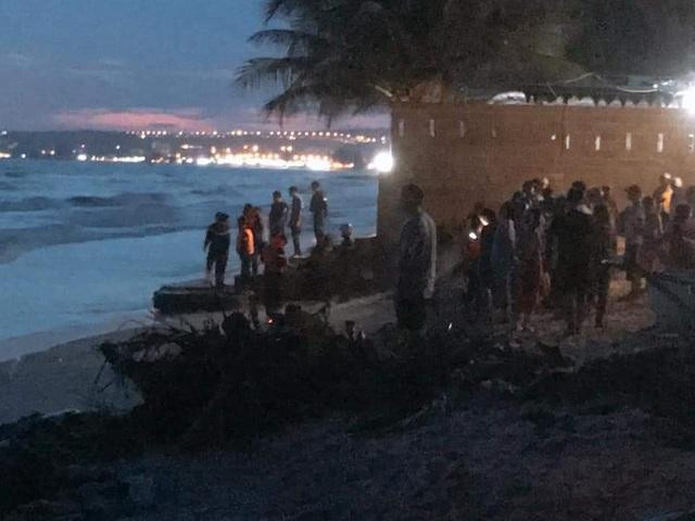 Đang khẩn trương tìm kiếm 4 du khách bị cuốn trôi trên biển Bình Thuận - 2