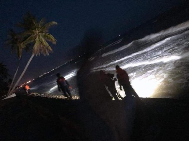 Đang khẩn trương tìm kiếm 4 du khách bị cuốn trôi trên biển Bình Thuận - 3