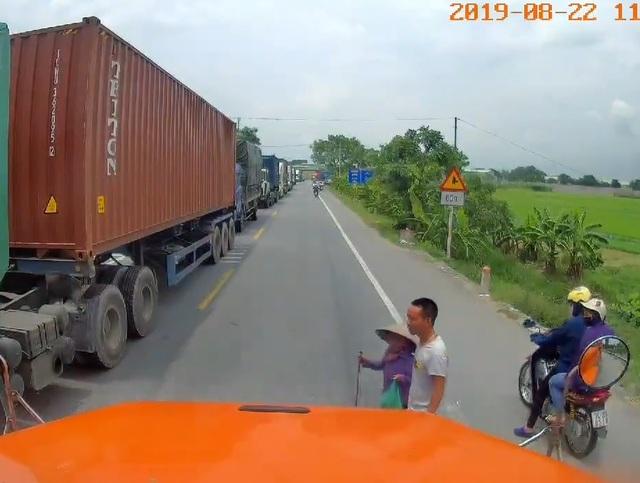 Hành động nghĩa hiệp của tài xế container khiến dân mạng thán phục - 1
