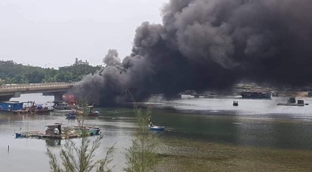 Vụ cháy tàu chứa 25.000 lít dầu: Cầu trăm tỷ bị nung suốt nhiều giờ - 1