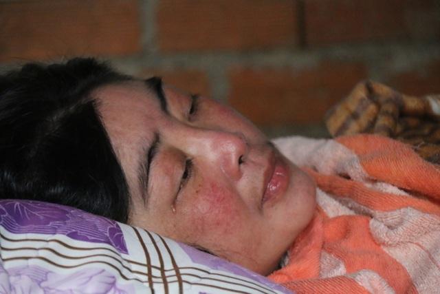 Cuộc sống bất hạnh của cô giáo khiến cha già 70 tuổi vác búa tạ đi phá đá kiếm tiền nuôi con - 2