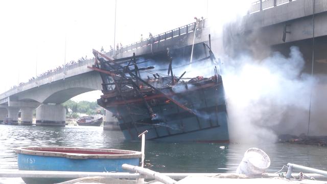 Vụ cháy tàu chứa 25.000 lít dầu: Cầu trăm tỷ bị nung suốt nhiều giờ - 3