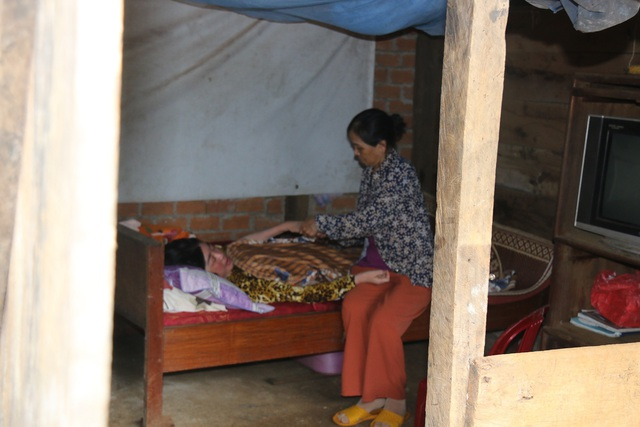 Cuộc sống bất hạnh của cô giáo khiến cha già 70 tuổi vác búa tạ đi phá đá kiếm tiền nuôi con - 9