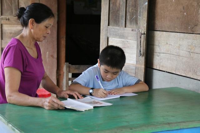 Cuộc sống bất hạnh của cô giáo khiến cha già 70 tuổi vác búa tạ đi phá đá kiếm tiền nuôi con - 4