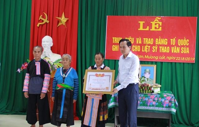 Trao bằng Tổ quốc ghi công tới gia đình liệt sĩ Thao Văn Súa - 4