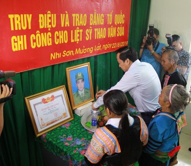 Trao bằng Tổ quốc ghi công tới gia đình liệt sĩ Thao Văn Súa - 2