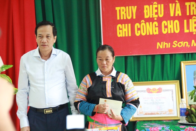 Trao bằng Tổ quốc ghi công tới gia đình liệt sĩ Thao Văn Súa - 3
