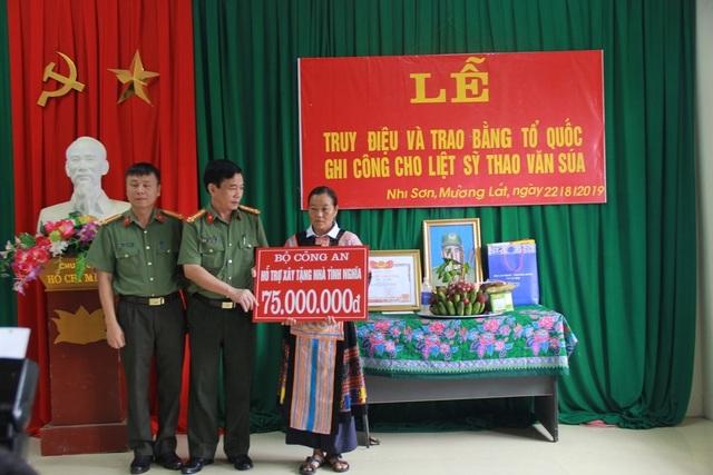 Trao bằng Tổ quốc ghi công tới gia đình liệt sĩ Thao Văn Súa - 5