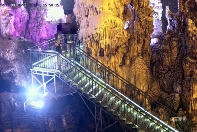 Khách Trung Quốc phá hoại, bẻ thạch nhũ hàng trăm triệu năm về làm quà - 1