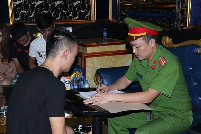 Mở tiệc ma túy trong quán Karaoke, hàng chục đối tượng bị bắt giữ - 4