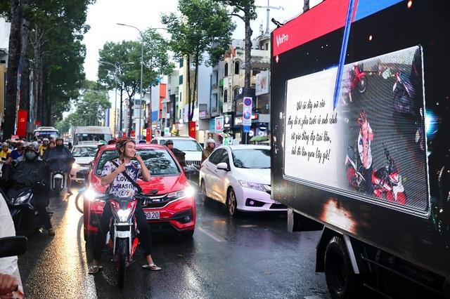 Độc đáo: Xe ô tô biết…tâm sự trên đường phố - 1