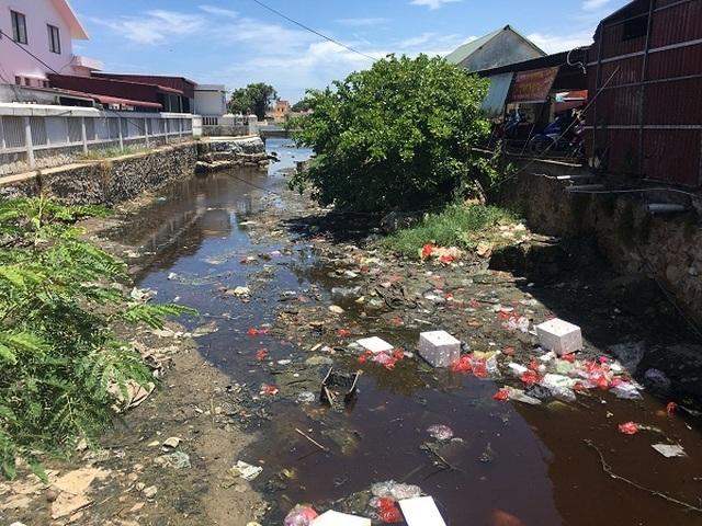 Dân khốn khổ khi chung sống với kênh thoát nước đen ngòm, ngập rác thải - 2