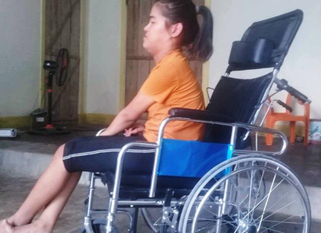 Cô bé tật nguyền vui mừng khoe chiếc xe lăn mới cóng được bạn đọc Dân trí tặng! - 2