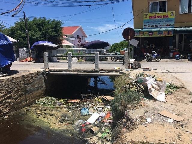 Dân khốn khổ khi chung sống với kênh thoát nước đen ngòm, ngập rác thải - 4