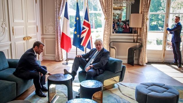 Hành động khiến Thủ tướng Anh hứng chỉ trích khi gặp Tổng thống Pháp - 1
