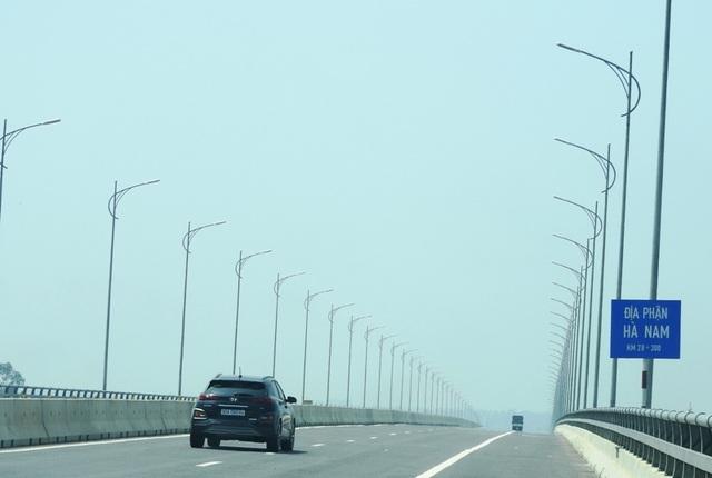 Cây cầu 3.000 tỷ nối 2 tỉnh đêm nào cũng... nửa sáng, nửa tối - 1