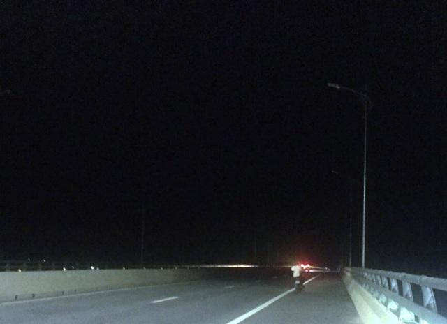 Cây cầu 3.000 tỷ nối 2 tỉnh đêm nào cũng... nửa sáng, nửa tối - 2