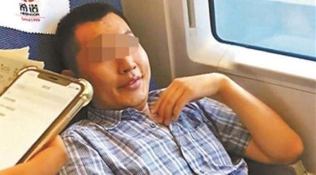 Người đàn ông đánh đập, chửi bới cô gái trẻ để tranh chỗ ngồi trên tàu - 2