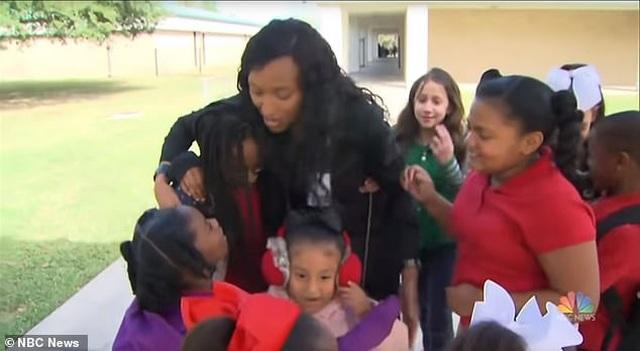 Mỹ: Cô hiệu trưởng lên facebook live kể chuyện đều đặn hàng tuần cho học sinh - 2