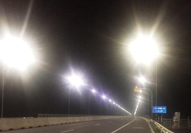 Cây cầu 3.000 tỷ nối 2 tỉnh đêm nào cũng... nửa sáng, nửa tối - 3