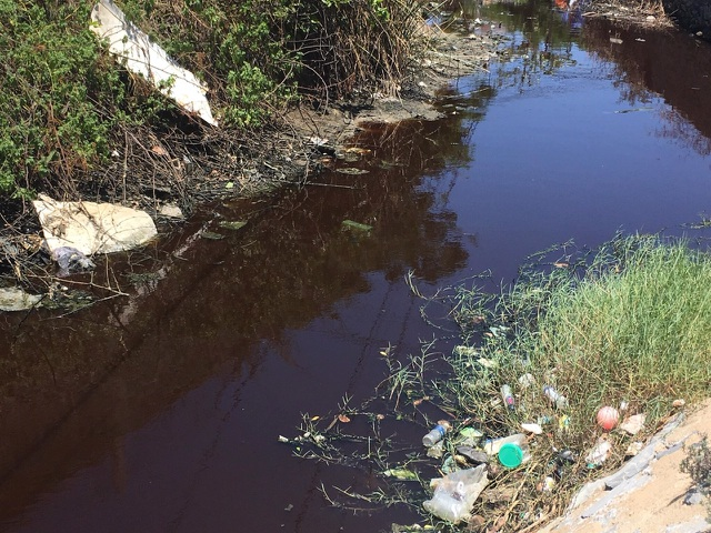 Dân khốn khổ khi chung sống với kênh thoát nước đen ngòm, ngập rác thải - 3