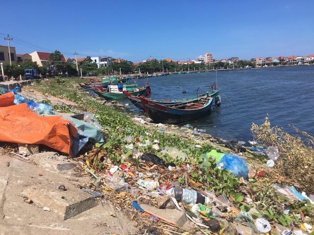 Dân khốn khổ khi chung sống với kênh thoát nước đen ngòm, ngập rác thải - 10