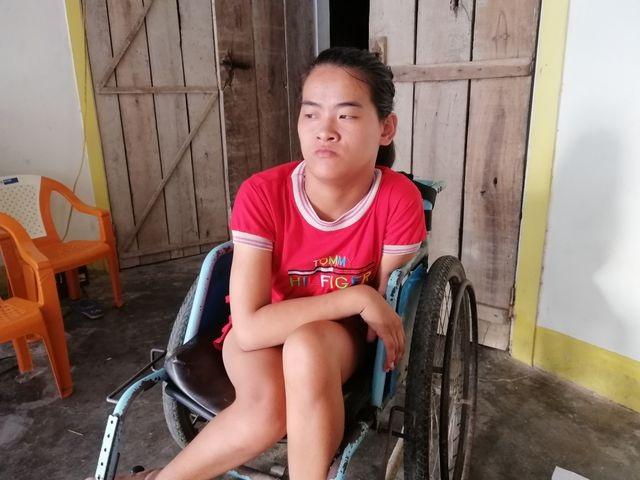 Cô bé tật nguyền vui mừng khoe chiếc xe lăn mới cóng được bạn đọc Dân trí tặng! - 1