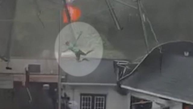 Gió bão cuốn nhân viên nhà hàng thổi bay lên trời - 2