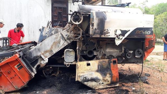 Máy gặt lúa nghi bị kẻ xấu đốt cháy trong đêm - 1