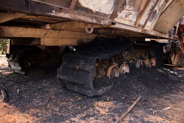 Máy gặt lúa nghi bị kẻ xấu đốt cháy trong đêm - 2